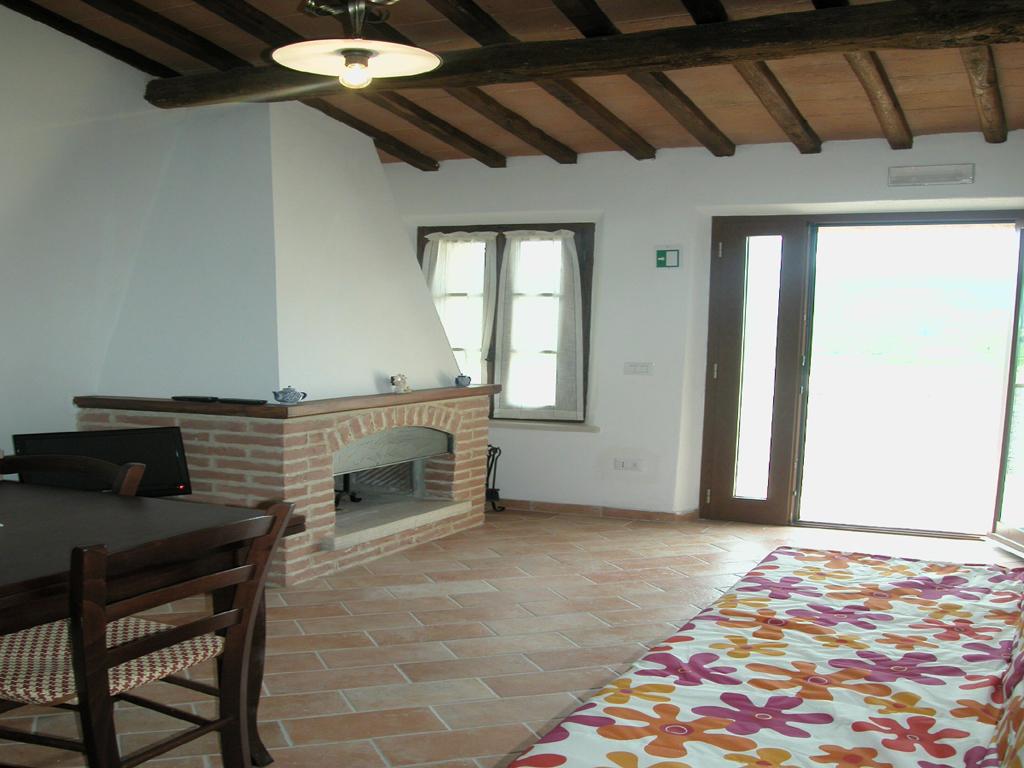 sch n eingerichtete wohnung mit blick auf den pool in siena. Black Bedroom Furniture Sets. Home Design Ideas